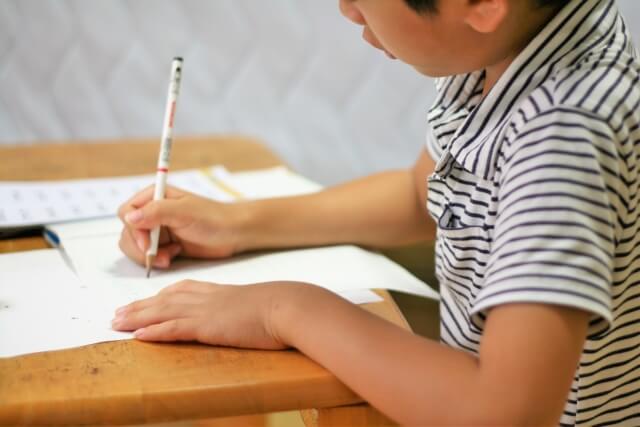 中学受験に向けて図形の極みで勉強する男の子