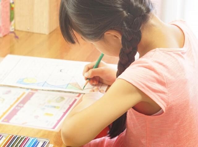 Z会で勉強する子ども